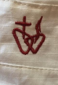 Krzyż i serce wyhaftowane na czapce z daszkiem
