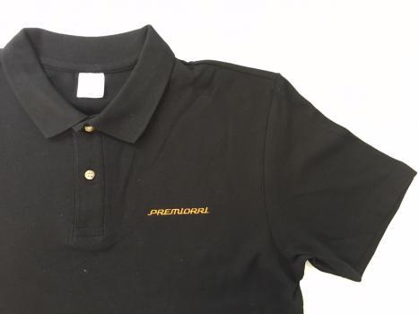 Haft kolorze pomarańczowym na granatowej koszulce Polo